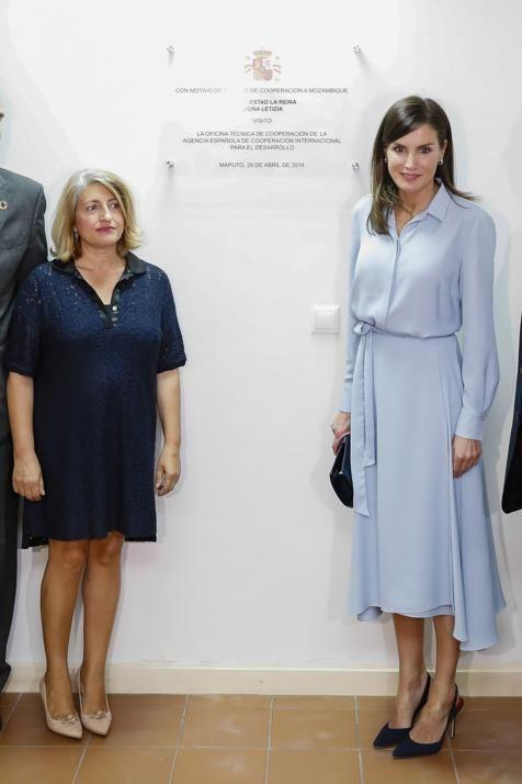 2c8248217 Letizia estrena en Mozambique el vestido de invitada perfecto para tus  bodas y comuniones de primavera