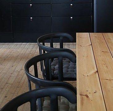 chaises en bois peintes en noir