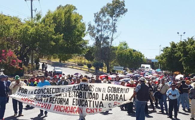 Empleados de gobierno y la CNTE hacen bloqueos en Morelia - El Universal