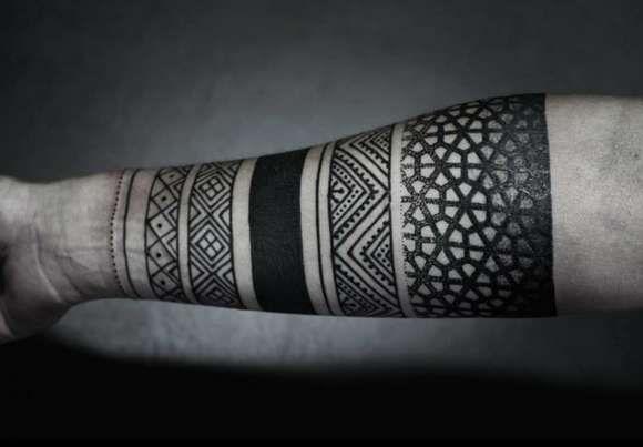 Этническая татуировка на руке парня