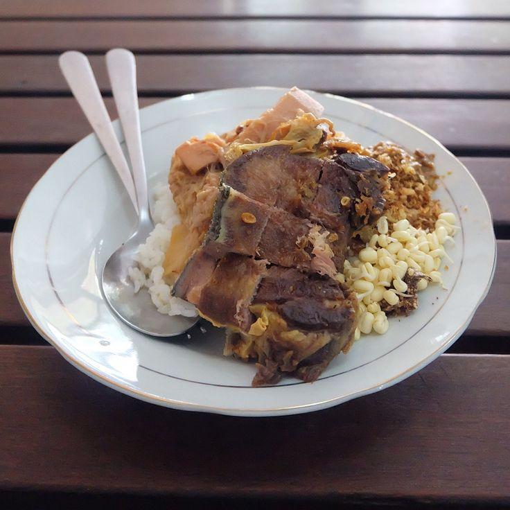 nasi bug madura. enak. rodok mahal. segini + nambah nasi dikit + krupuk 5 + es teh skitar 40rb, sendirian.