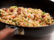 Gebakken rijst met scampi en spek