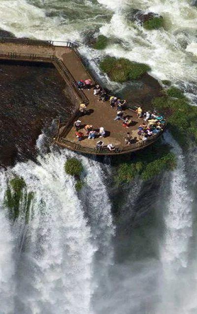 Cataratas del Iguazú (Aguas Grandes, en idioma Guaraní) se encuentra entre Brasil y Argentina.  Argentina, Misiones, vivo en esta provincia.