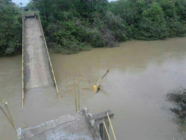 "#SigueElTerrorismo: ""@Alvaro Uribe: Puente que va a Mapiripán, dinamitado ayer por Farc pic.twitter.com/OOObec0LPu"""