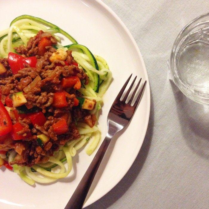Paleo pasta maak je makkelijk met courgette en een rode saus met gehakt. Licht verteerbaar en snel klaar. Bekijk hier het recept!