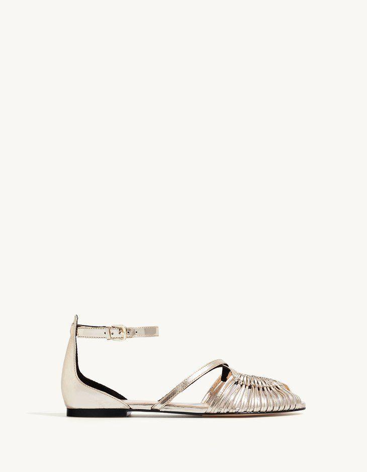 В Stradivarius вы найдете 1 Босоножки-мыльницы на плоской подошве для женщин по цене всего 2299 Россия . Войдите прямо сейчас и познакомьтесь с этой и другими моделями категории Обувь.