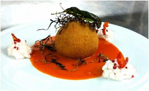 Delfi: Arancina ai frutti di mare su Bisque di gambero rosso di Mazara e mousse di gambero.