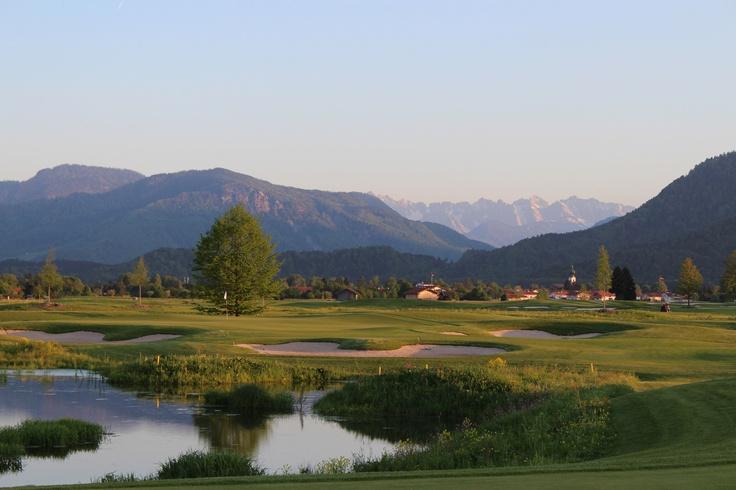 Abwechslungsreiche Landschaft und ein rundum Bergblick auf die Chiemgauer Alpen prägen den 18 Loch Golfplatz in Grassau. Wer bekommt da nicht Lust zum Golfen? http://www.grassau.de/de/golf-minigolf