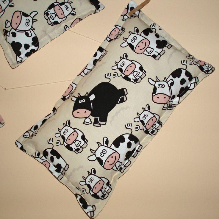 Polštářek č. 10 (krávy 50 x 30) Polštářek do postýlky, postele, auta, k odpočinku, k dekoraci, pod zadek, k oživení pokoje, pro radost, jako dárek... Jak kdo chce. Měkký, příjemný. Jednoduchý - je to komplet polštářek, nejedná se o povlak. Nedá se sundat, je jednovrstvý, rovnou vyplněný (antialergenní PES kuličky duté vlákno) v může se prát (samotné vlákno na ...