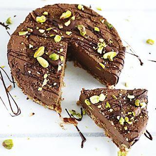 Ik had beloofd wat vaker oude recepten te gaan delen. Deze #chocoladetaart op basis van avocado is echt een topper  super makkelijk te maken, crunchy bodem en een smeuïge basis zorgen voor een smaakexplosie ✌ recept vind je door op de link in mijn bio te klikken! #essiehealthylife - -  #chocolateporn #ontbijttaart #pistache  #suikervrij #glutenvrij #gezondrecept #fitgirlsnl #dutchfoodie #ontbijt #fitdutchies #foodinspiration #fitfamnl #breakfastinspo #gezondeten #avocado #healthyfood #lac...