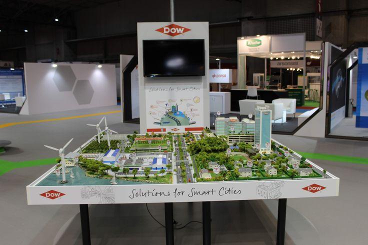 Maqueta de Smart CitiesI. Recreación de una ciudad inteligente en la que se utilizan numerosos productos y tecnologías químicas que intervienen en el día a día en campos tan variados como la reutilización y potabilización del agua, pavimentos, aislamiento,  agricultura, eficiencia energética, envasado, green y cool roof, petróleo y gas, y tecnologías de última generación, entre otros. (DOW CHEMICAL)