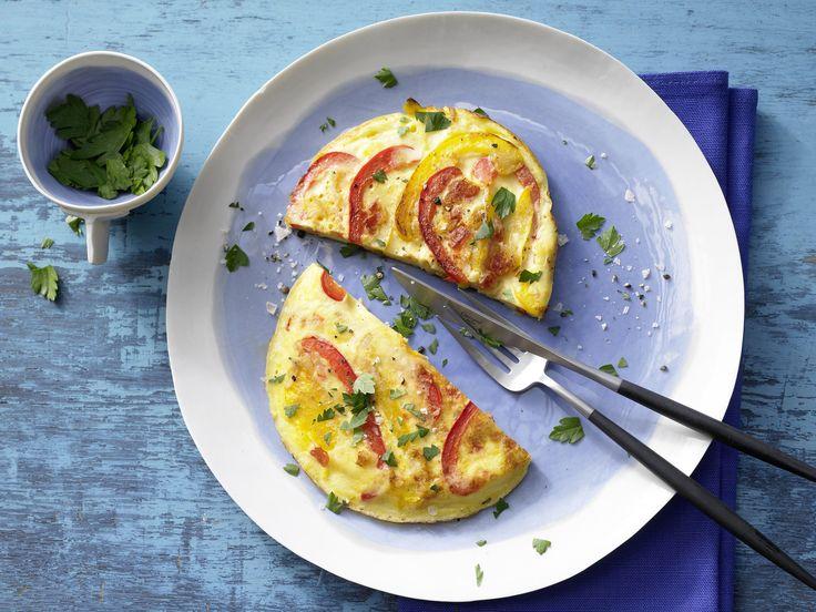 Vegetarisches Low Carb-Gericht: Gemüse-Omelett - mit Tomaten und Paprika | Kalorien: 200 Kcal - Zeit: 25 Min. | eatsmarter.de