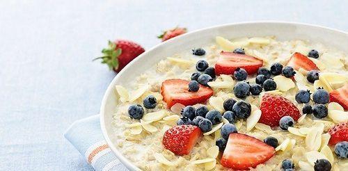 Меню на каждый день Завтрак: 1 тарелка овсянки (можно использовать овсяные хлопья быстрого приготовления). 2 яблока. При этом яблоки вы можете покрошить в овсянку или съесть на десерт. Обед: 1 тарелка овсянки (можно использовать овсяные хлопья быстрого приготовления). В овсянку можно добавить 1 чайную ложку меда или сахара, 3 яблока, 100 г творога. Ужин: 4 яблока, 200 г творога. Через
