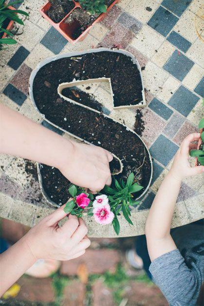 Maak je eigen tekst in de tuin door letters te beplanten.