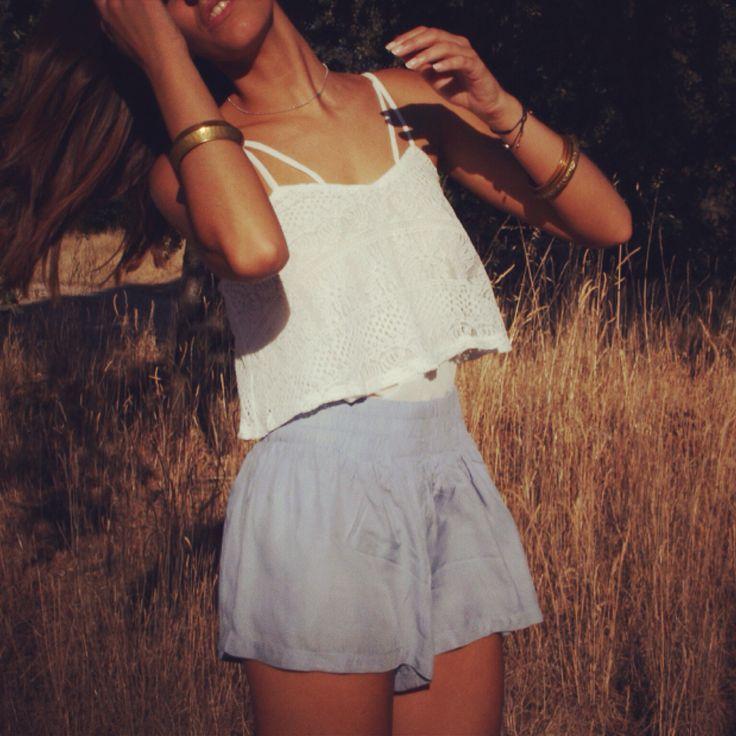 Top blanco y pantalón azul de Hello Dresses! Ideal para una tarde de cine de veranon