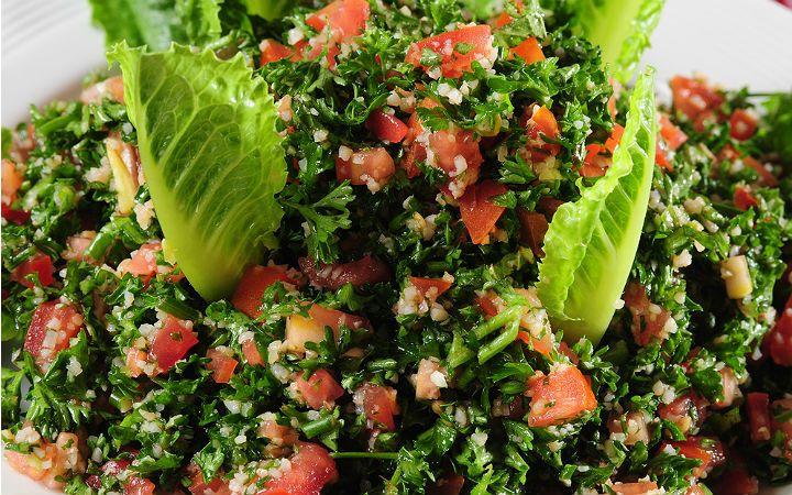 Maydanoz ve nanenin bolca doğrandığı, ince bulgurun tokluk hissi yarattığı, limon sulu sosuyla tamamlanan tabbule salatası tarifi Lübnan mutfağının gözdesi.