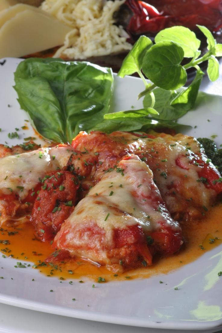 Pimentones asados rellenos de salsa de cangrejo. Un plato de Pizca Mediterráneo un restaurante situado en Cali- Colombia