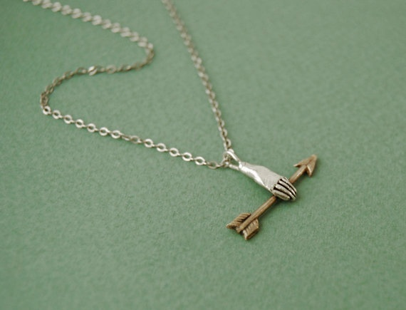 Datter: Hand with golden arrow necklace