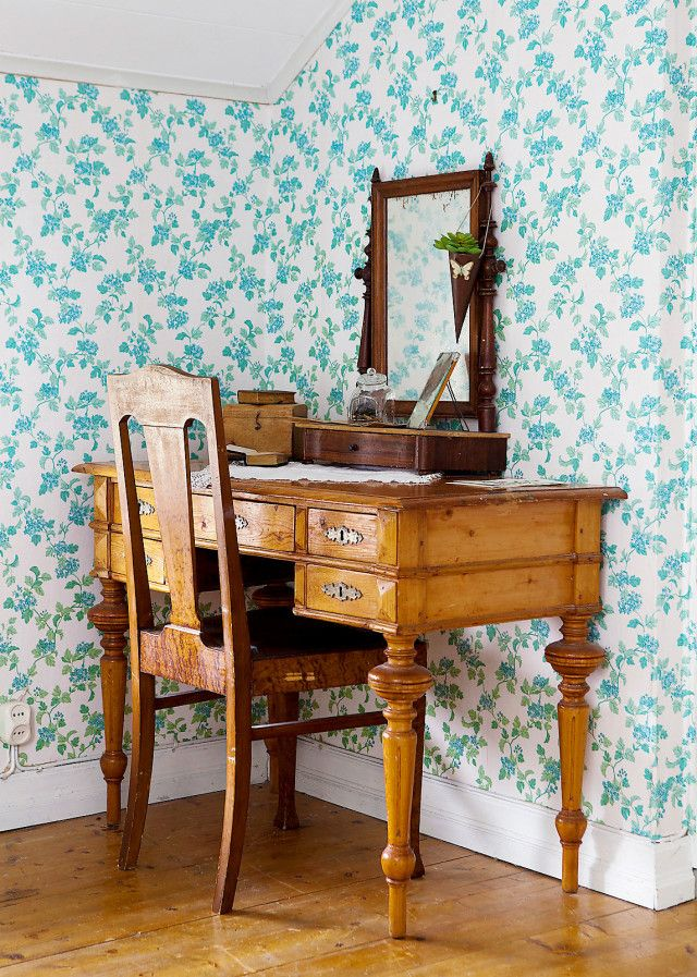 """ЅᎾℱℐᏋ ℱℐXᎯℛ ℳᎾℛℳᎾℛЅ TᎾℛᎮ: """"ℋᎾℕ ℋᎯᎠᏋ ᎶℐℒℒᎯT ℋUЅᏋT ℕU"""": Sofies mormors skrivbord gifter sig fint med den blommiga tapeten. Spegeln har Sofie fyndat på loppis."""