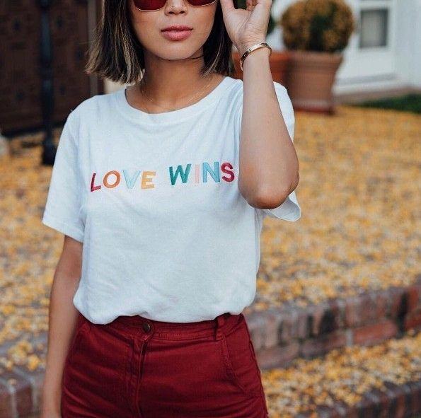 Sabe essa camiseta com a hashtag #LoveWins? Ela foi criada por uma causa muito importante pela blogger @songofstyle: metade de toda a renda das vendas vai ser revertida para The Trevor Project uma ONG que trabalha para prevenir suicídio entre jovens LGBT. As peças já estão à venda em @shoptwosongs especialmente em junho que é o mês do orgulho LGBT.  #LOFFama  via L'OFFICIEL BRASIL MAGAZINE INSTAGRAM - Fashion Campaigns  Haute Couture  Advertising  Editorial Photography  Magazine Cover…