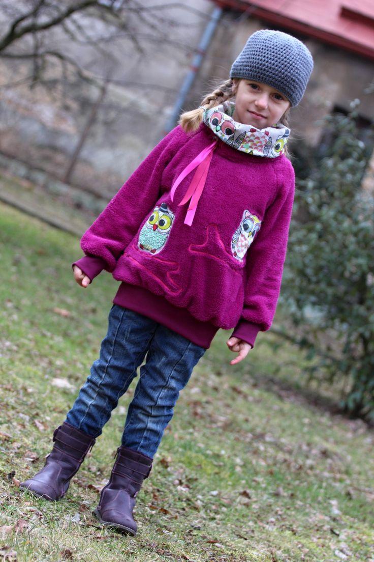 Bundomikina Sovy na větvi - SKLADEM Originální oblečení pro vaše děti. Bundička je šita z teplé chlupaté růžovofialové látky, doplněna fialovými náplety. Na PD aplikace soviček sedících na větvi. Stoják vypodšit sovičkovou látkou, lze stáhnout na boku pomocí barevných pentlí a brzdy. Mikina je hodně teplá, vhodná i na zimuči jako bunda na jaro/podzim. Velikost ...