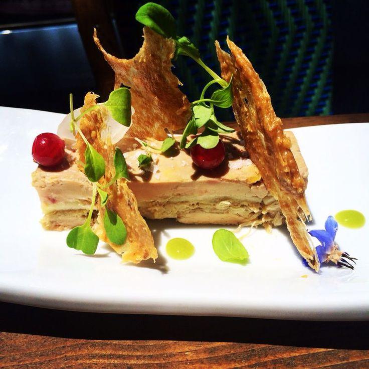 Buenas tardes a todos!! Ya es hora de ir pensando en comer.... y que mejor sitio que Casamono Brasserie Página Oficial!! Venid y probad uno de nuestros platos estrella, Terrina de fome con manzanas y escabeche de ave con crujiente dulce de piñones... mmmm.... una mezcla de sabores deliciosos!! Disfrutad del Jueves!!  #enjoy #cuisine #comer #buencomer #cocina #cooking #populardishes #casamono #brasserie #marbella #spain #almorzar #lunch