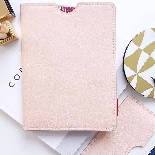 Add a bright pop to your black suitcase with travel accessories in pale pink!  #passionpassport #passport #explore #wanderlust #travel #instatravel #travelgram #neverstopexploring #travelpic #traveller #addatag #travelaccessories #discover #letsgoeverywhere #instapassport #resor #palepink #luggagetag #travelinstyle