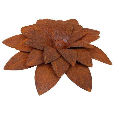 Bloem, roestig metaal, woondeco, fairtrade. Doorsnede 28 cm. hoogte 7 cm.