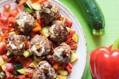 Leckere, mit #Mozzarella gefüllte, #Hackfleischbällchen auf buntem #Gemüse. Gesund und #LowCarb! Ein sehr #ausgewogenes #Abendessen.