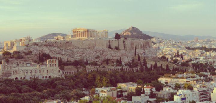 Γνωρίστε το Κουκάκι στο κέντρο της Αθήνας. Το Κουκάκι είναι πυκνοδομημένη περιοχή, κορεσμένη ήδη από τις δεκαετίες του 1960 και 1970. Παραμένει όμως ακριβή