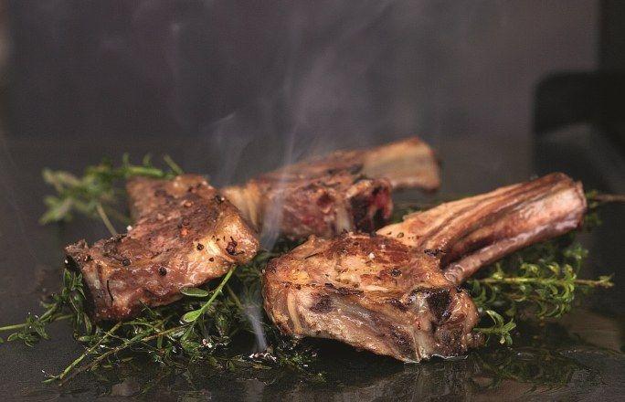 Côtes d'agneau fumées à la sarriette à la Plancha