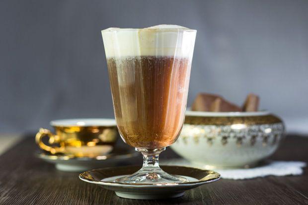 25 januari, dan mag je jezelf verwennen met een oppepper van formaat. Hoe je een traditionele Irish coffee maakt, kon je in dit filmpje al leren, hier geven we je vijf recepten met een twist.