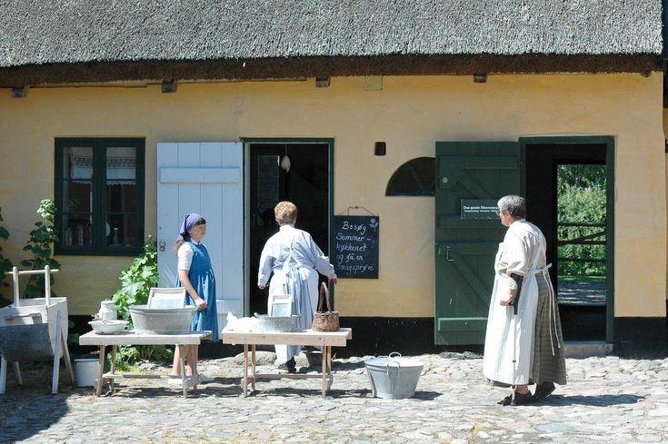 En udsøgt fornøjelse at besøge Amagermuseet i Store Magleby :-)  Endnu en af de få steder på Amager som jeg desværre ikke har besøgt førend nu. Museet er opbygget omring 2 firlængede gårde, og der er rigtig meget at se på for en nostalgiker som jeg. Det første man lægger mærke til når man går igennem porten til museet, er at personalet er iklædt tidsvarende dragter, og det sætter i den grad prikken over i-et. #Amagermuseet #Museum #Storemagleby