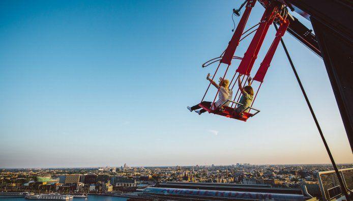 Vanaf vandaag kan je schommelen op het dak van de A'dam toren, de hoogste schommel van Europa. Durf jij dat?