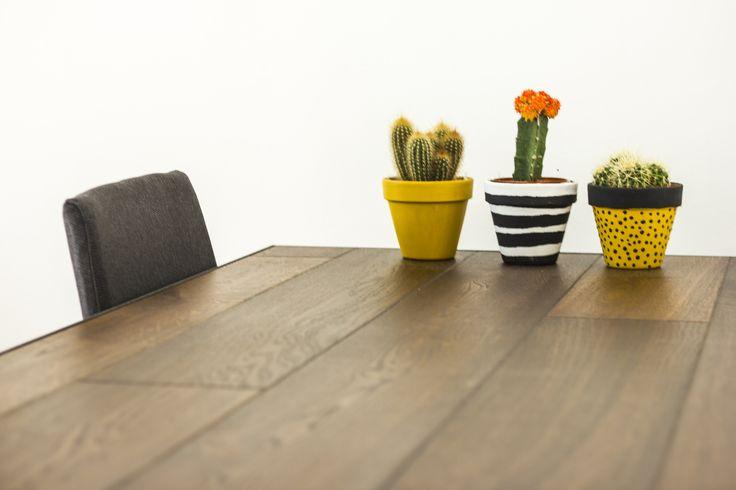Tavolo Upcycling con cornice di acciao invecchiato fatto dal fabbro, con 8 plance di parquet rimasti dalla posa del pavimento. by manifattura parquet-direct.it