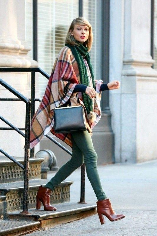 Taylor Swift com poncho e bota
