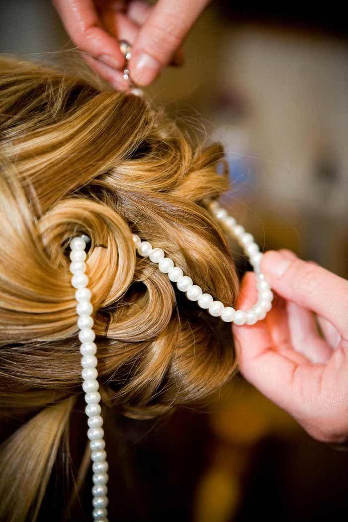 Eine Brautfrisur mit Perlen ist immer sehr edel und festlich... Lasst euch von unserer großen Brautfrisuren-Bildergalerie inspirieren!