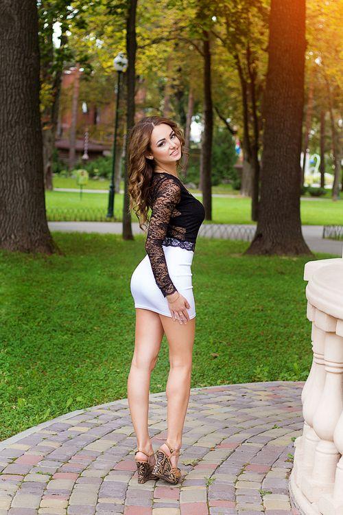 Frauen im weißen Minirock in 2020 | Modestil, Russland, Frau