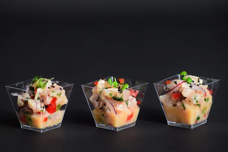 Ceviche de pescado blanco con dressing de maracuyá, leche de tigre y un toque de sésamo negro. Uno de los platillos petit que encontrarás en la línea salada de LIM.