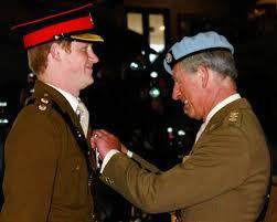 Príncipe Harry e seu pai demonstrou o quanto cumplicidade durante a formatura. Antes da cerimônia, o filho da rainha de Inglaterra, em revista as tropas ...