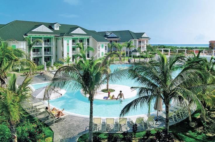 Hotel Tryp Peninsula is een ruim opgezet 5 sterren resort en rustig gelegen aan het strand. De stijlvolle, witte houten huizen met een Caribische 'touch' bieden een romantische setting en doen denken aan de sfeer van Florida. De vele faciliteiten en uitgebreide all inclusive formule zorgen voor een complete vakantie. Bovendien zal het gastvrije, vriendelijke personeel er alles aan doen het u naar de zin te maken!