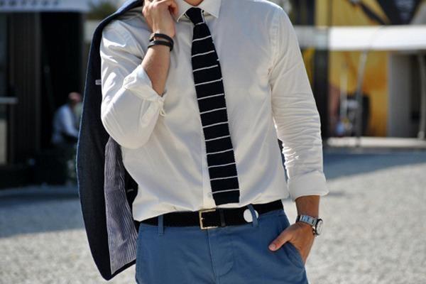 Вязаный галстук — наиболее часто повторяющийся на улицах Милана и Флоренции аксессуар.  Больше деталей в специальном материале «Итальянская диктатура»:   http://www.gq.ru/style/features/17416_italyanskaya_diktatura.php    #Details #Tie #StreetStyle