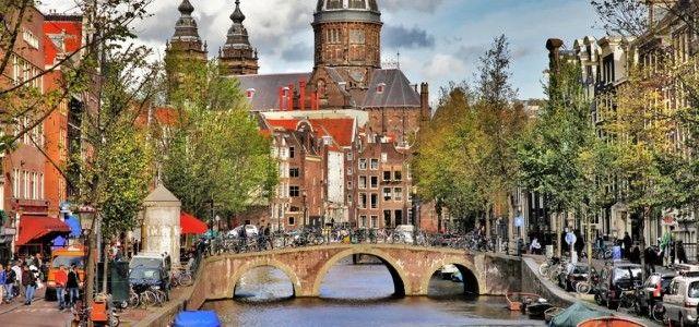 """La capitale dei Paesi Bassi, conosciuta anche come la """"Venezia del Nord"""" da parte di alcuni, festeggia quest'anno il 400 ° anniversario dei suoi famosi canali.    Quello che era iniziato come la pianificazione dell'urbanismo  nell' epoca d'oro  nel XVII è diventata una attrazione turistica a sé stante, che attira migliaia di visitatori lungo i suoi 100 km di canali nel cuore di Amsterdam."""