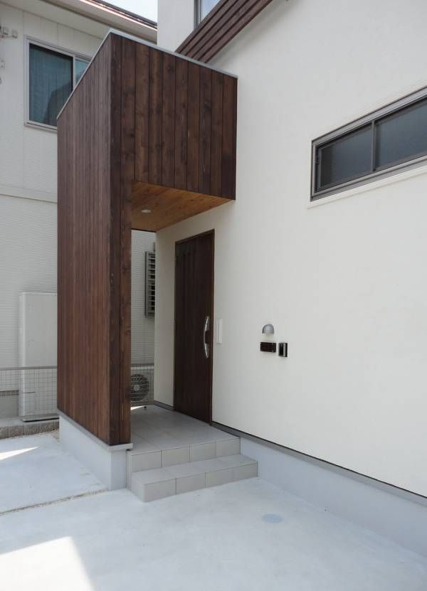 外壁仕上にはジョリパットゆず肌仕上げで無垢な仕上がりとなっています。玄関が道路に面しますので目隠しで壁を設けています。この壁部分はレッドシダーという無垢材を使ってますよ。2階腰窓の外部手摺にも、無垢材を使い、真っ白な外観のアクセントとしています。 玄関扉は、既製品のアルミドアで...