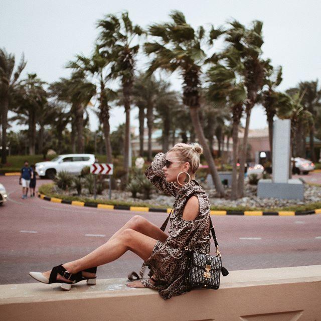 Instagram media by maffashion_official - Na blogu czeka na Was nowy post!  Oczywiście by @czarek_ ❤️😊 Zdjęcia zrobione drugiego dnia w Dubaju. Prosto po wyjściu z @atlantisthepalm. Mokre włosy, duży wiatr... cała sesja już na blogu! Przypomnienie: 10% zniżki w świątecznej ofercie @danielwellington przy zakupie 2 produktów + dostawa w ozdobnym pudełku. Dodatkowo 15% zniżki z kodem DWmaff na cały zakup #enjoy 💋 #DWforeveryone #newpost #maffashionindubai #dress @thebeastbrand