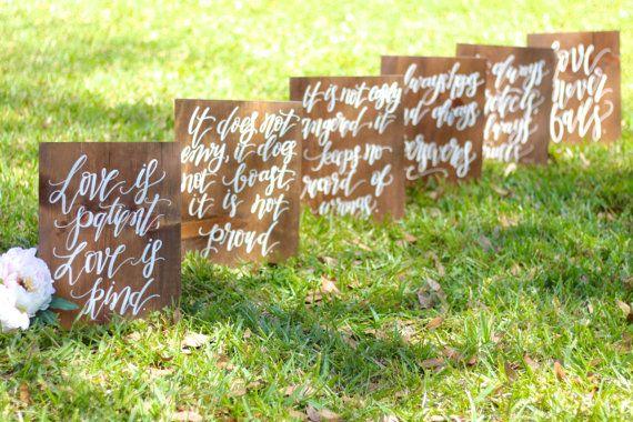 Diese schöne rustikale Hochzeit Gang Zeichen machen eine auffällige Anweisung für Ihre Hochzeitszeremonie! Hängen Sie nach Ihrem großen Tag sie in Ihrem Haus! Sie erhalten eine Reihe von 6 Zeichen, alle von hand gemalt und selbst stehen. Abmessungen: 15 x 12 Ein jeder der folgenden Schritte aus: 1. Liebe ist geduldig, Liebe ist freundlich. 2. es ist nicht Neid, es tut sich nicht rühmen, es ist nicht stolz darauf. 3. es ist nicht leicht verärgert, es hält keine Aufzeichnungen über Unrecht…