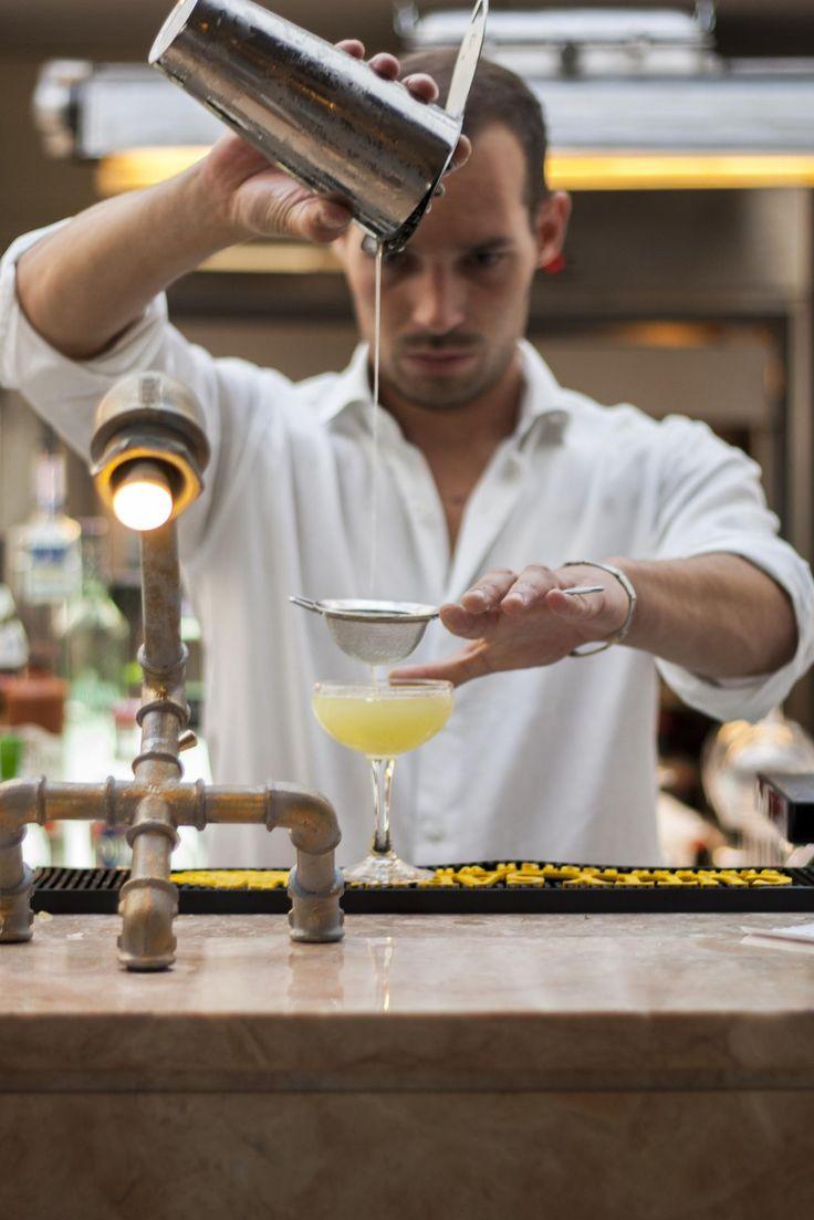 Gimlet Insólito é uma combinação de gin Beefeater 24 com maça verde, sumo de lima, pepino e manjericão