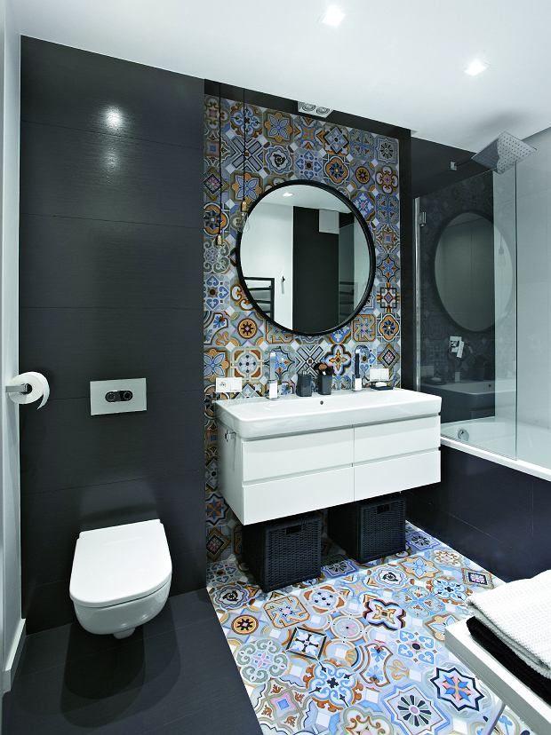 Płytki o wzorach inspirowanych azulejos (firma Vives) zestawiono z gresem w grafitowym odcieniu (Atlas Concorde). W…