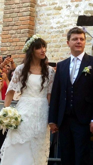 La #cantante #Elisa #Toffoli ha sposato il compagno di sempre e chitarrista della sua band. Ad accompagnarla all'altare i piccoli Emma Cecile, di 6 anni, e Sebastian di 2. #matrimonio #elisa