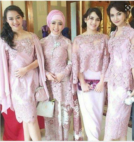 Kebaya cape modern ini memadukan unsur cape yang modern dengan kebaya yang kental akan budaya tradisional Indonesia, menjadi satu inspirasi kebaya modern.